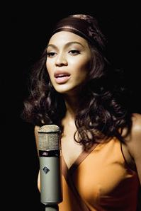dreamgirls2006-beyonce_at-mic-med
