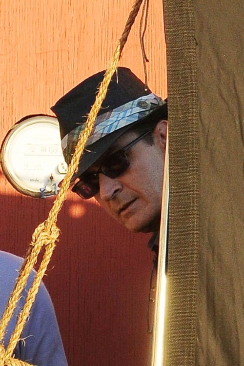 actor-charlie-sheen-peeks