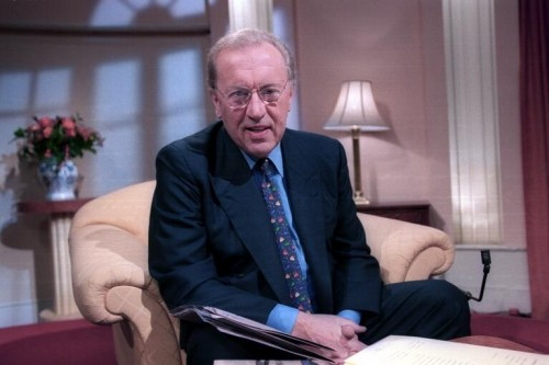 SIR DAVID FROST Dies Aged 74! TOMORROW'S NEWS - The Latest Entertainment News Today!